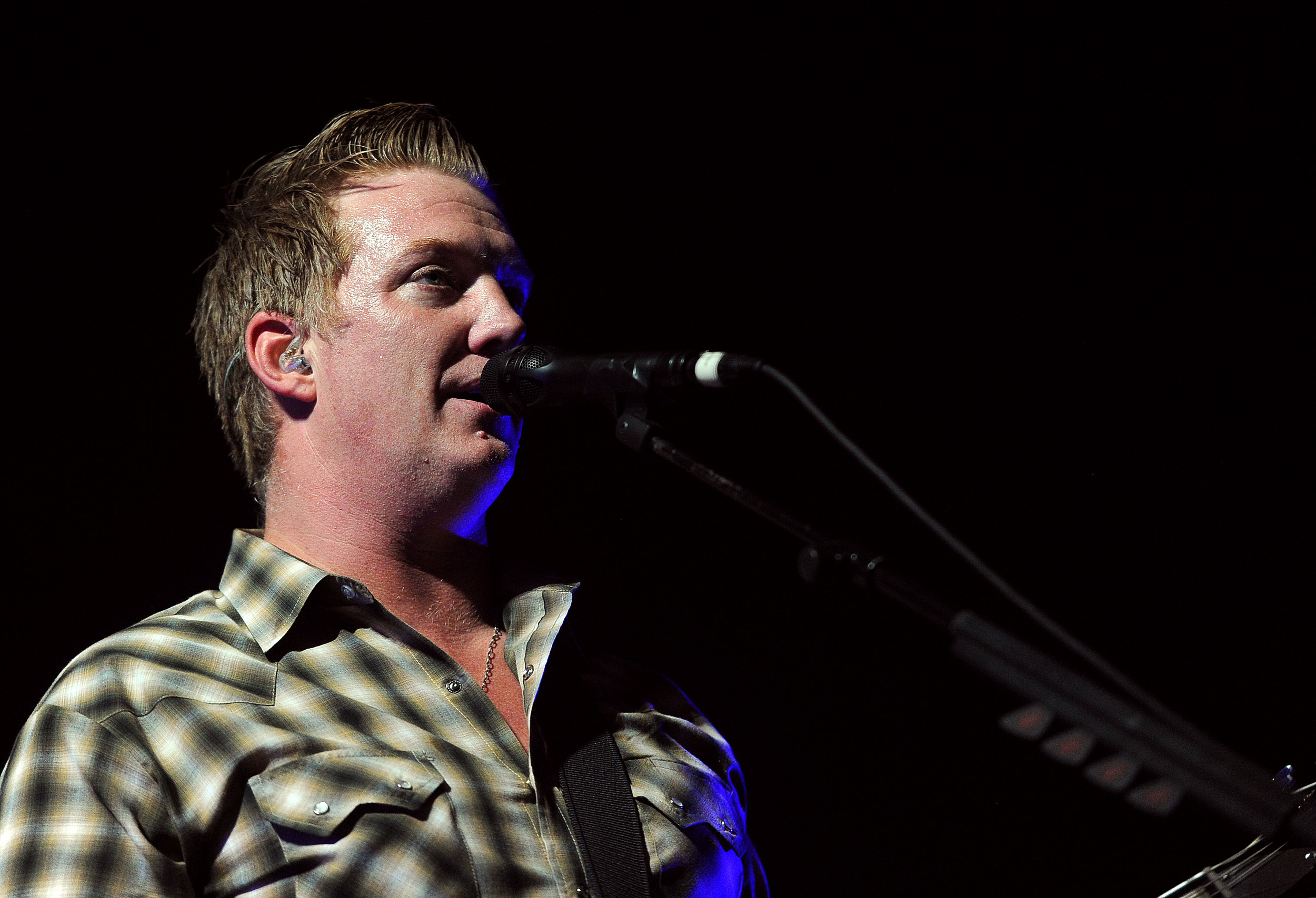 Queens of the stone age singer josh homme throws fan off stage